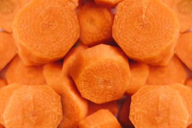 Foto de grande angular de deliciosas cenouras cruas e fatiadas Foto gratuita