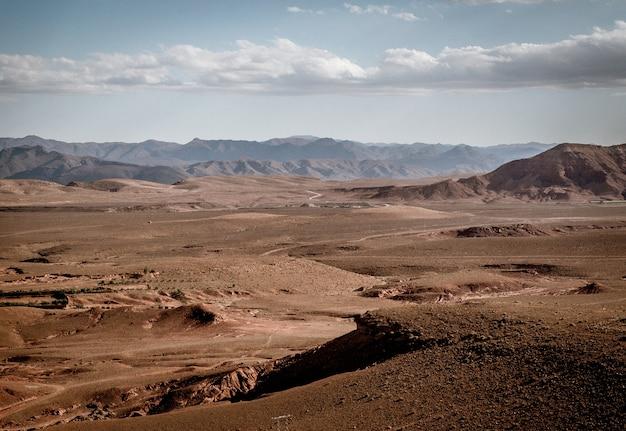 Foto de grande angular de grandes áreas de terras áridas e montanhas Foto gratuita
