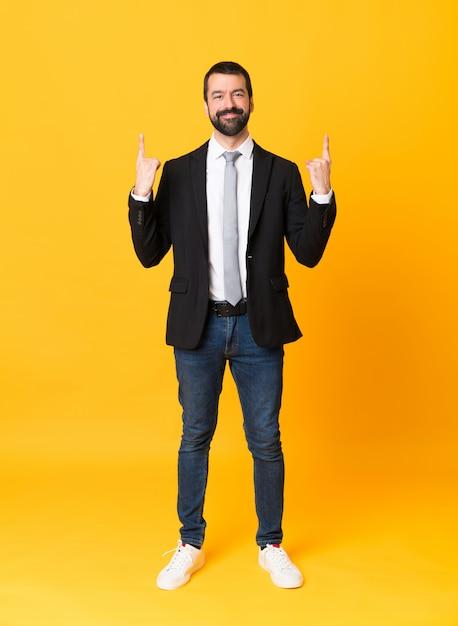Foto de homem de negócios sobre amarelo isolado apontando uma ótima idéia Foto Premium