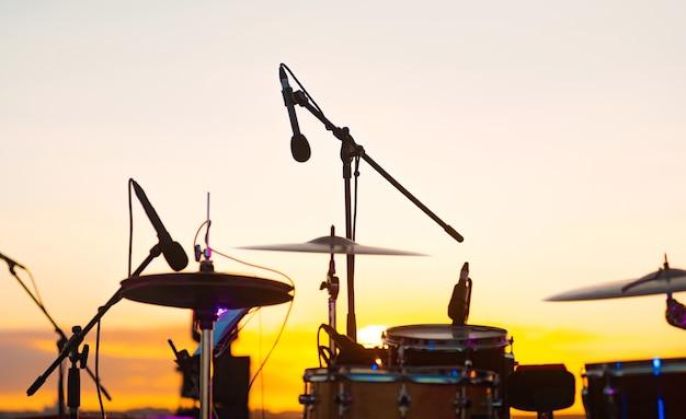 Foto de microfone profissional de bateria para sessões ao vivo ao ar livre. Foto Premium