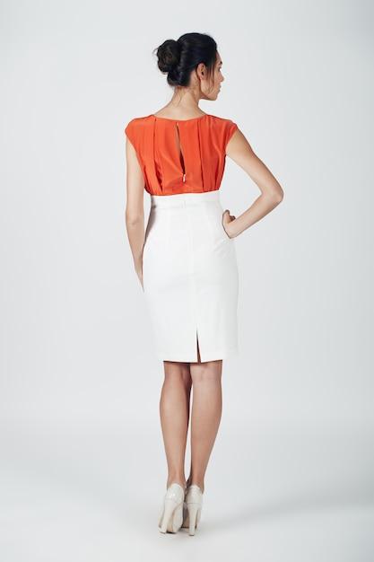 Foto de moda jovem mulher magnífica em um branco Foto gratuita