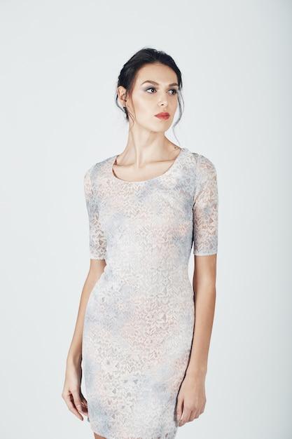 Foto de moda jovem mulher magnífica em um vestido brilhante Foto gratuita