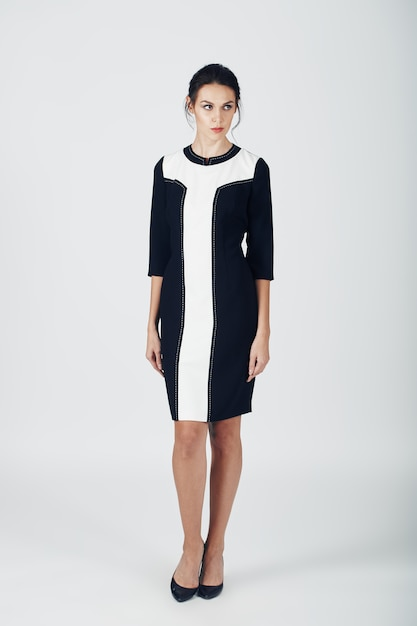 Foto de moda jovem mulher magnífica em um vestido preto. menina Foto gratuita