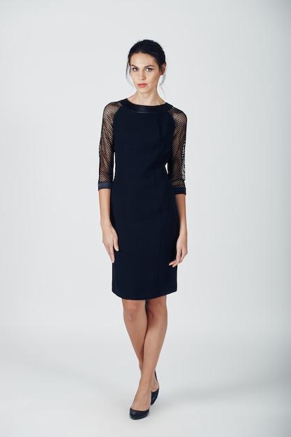 Foto de moda jovem mulher magnífica em um vestido preto Foto gratuita
