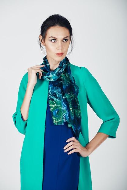 Foto de moda jovem mulher magnífica em um vestido turquesa Foto gratuita