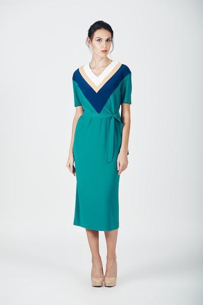 Foto de moda jovem mulher magnífica em um vestido verde Foto gratuita