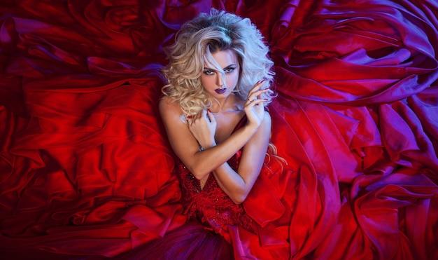 Foto de moda jovem mulher magnífica no vestido vermelho. retrato de estúdio Foto Premium