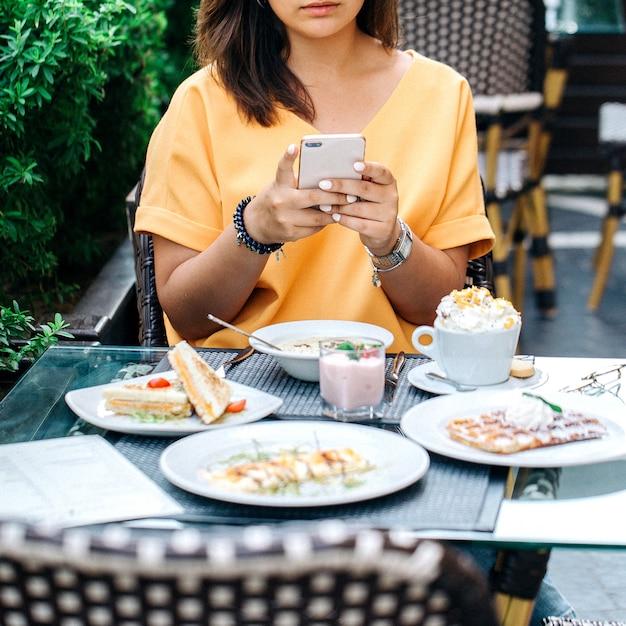 Foto de mulher tomada de mesa com comida Foto gratuita