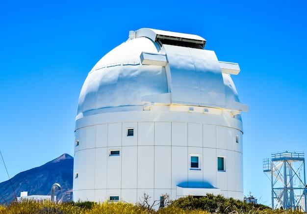 Foto de paisagem de um edifício moderno de arquitetura branca das ilhas canárias, na espanha Foto gratuita