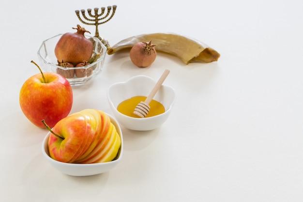 Foto de símbolos do ano novo judaico em branco Foto gratuita
