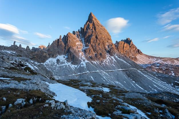 Foto de tirar o fôlego da montanha paternkofel nos alpes italianos Foto gratuita