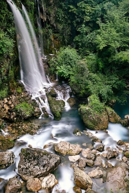 Foto de tirar o fôlego das cachoeiras saut du loup capturadas na frança Foto gratuita