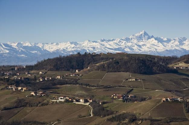 Foto de tirar o fôlego das casas com montanhas cobertas de neve Foto gratuita