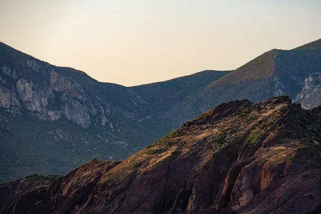 Foto de tirar o fôlego de belas montanhas rochosas Foto gratuita