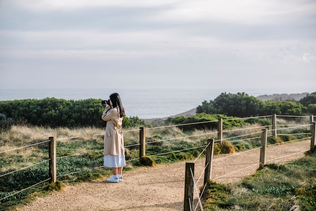Foto de tiro de garota na passarela e campo Foto gratuita