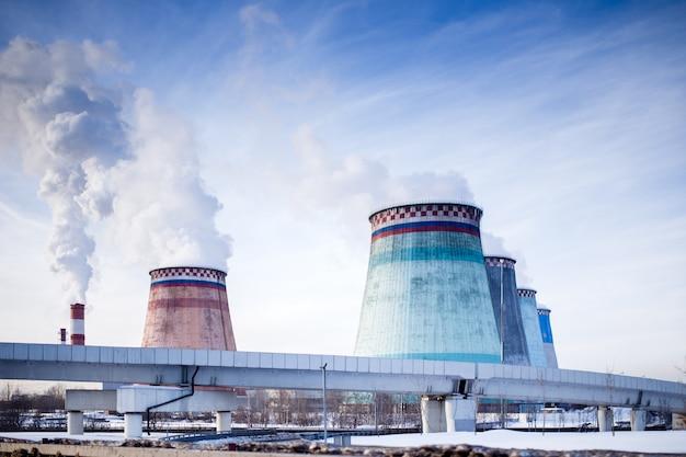 Foto de tubulações com fumaça, ponte, central elétrica Foto Premium
