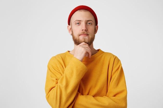 Foto de um homem pensativo isolada sobre uma parede branca Foto gratuita