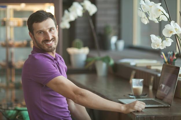 Foto de um jovem empresário, trabalhando em seu laptop em uma loja de café. foco seletivo. Foto Premium