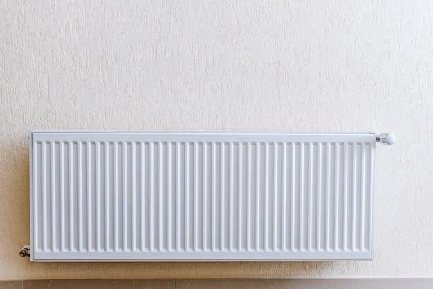 Foto de um radiador de sala de alumínio, apartamento moderno Foto Premium