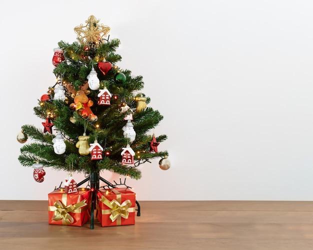 Foto de uma árvore de natal decorativa com presentes embaixo Foto gratuita