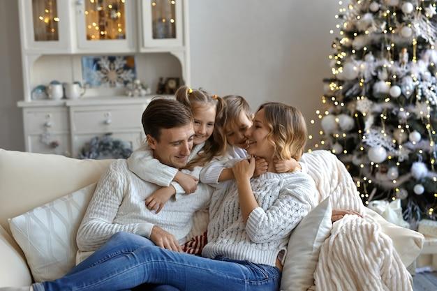 Foto de uma jovem família feliz sentada no sofá Foto Premium