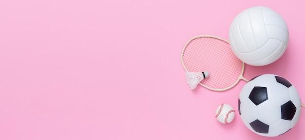 Foto de vários equipamentos esportivos em rosa Foto Premium