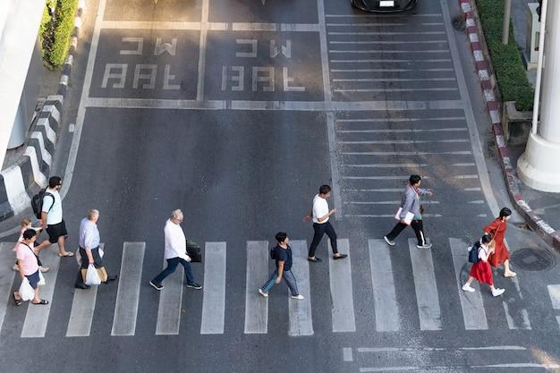 Foto de vista aérea de pessoas a pé na rua na cidade ao longo da estrada de tráfego de passagem para pedestres Foto Premium