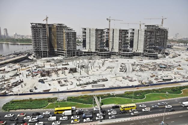 Foto distante de uma área urbana com carros na rua e edifícios altos Foto gratuita