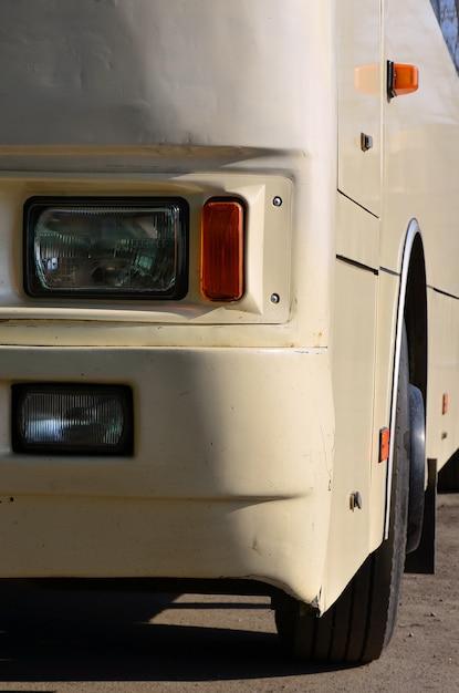 Foto do casco de um grande e longo ônibus amarelo. Foto Premium