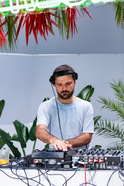 Foto do dj adulto que trabalha com seu equipamento. Foto Premium