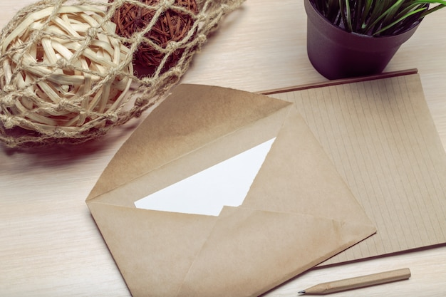 Foto do envelope em branco em uma madeira Foto Premium