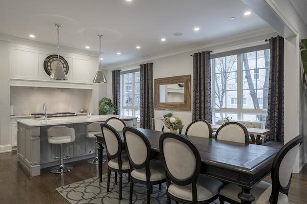 Foto do interior de uma luxuosa sala de jantar em casa Foto gratuita