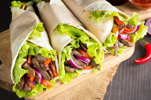 Foto do sanduíche ou do envoltório mexicano. Foto Premium