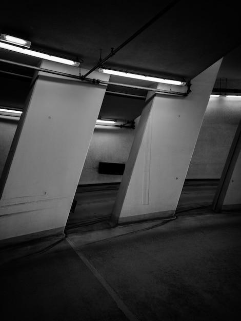 Foto em preto e branco da sala com luzes de néon Foto gratuita