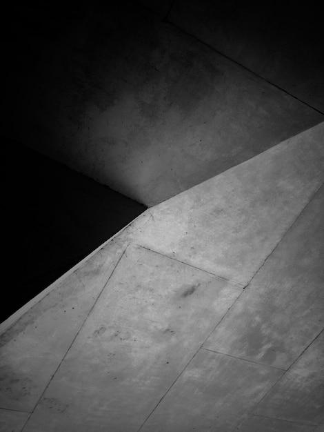 Foto em preto e branco de estrutura de concreto Foto gratuita