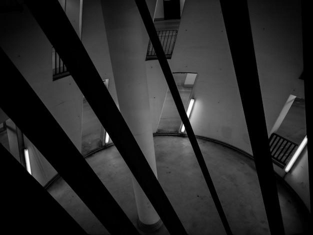Foto em preto e branco de uma sala circular com pilar no centro Foto gratuita