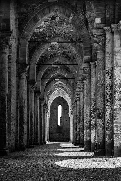 Foto em tons de cinza da abadia de são galgano na toscana, itália Foto gratuita