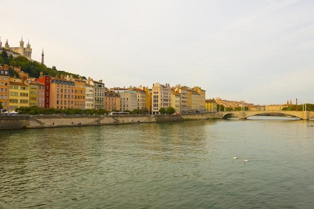 Foto grande angular das construções de uma cidade próxima ao rio na frança Foto gratuita