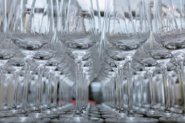 Foto horizontal de copos de vinho vazios alinhados, close-up, preto Foto Premium