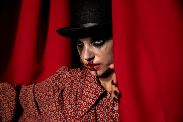 Foto intensa de uma mulher de maquiagem de halloween, olhando para longe Foto gratuita
