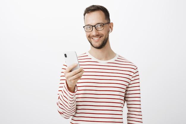 Foto interna de empresário despreocupado e satisfeito de óculos escuros Foto gratuita