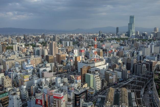 Foto panorâmica da cidade japonesa de osaka com muitos edifícios, Foto gratuita
