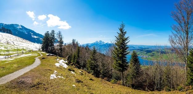 Foto panorâmica das belas montanhas sob o céu azul na suíça Foto gratuita