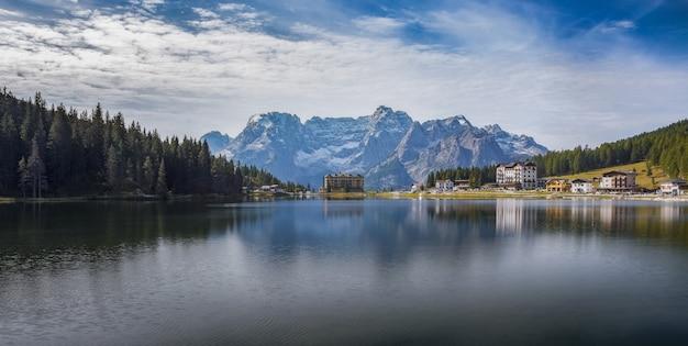 Foto panorâmica do lago lago di misurina, com reflexos nos alpes italianos Foto gratuita