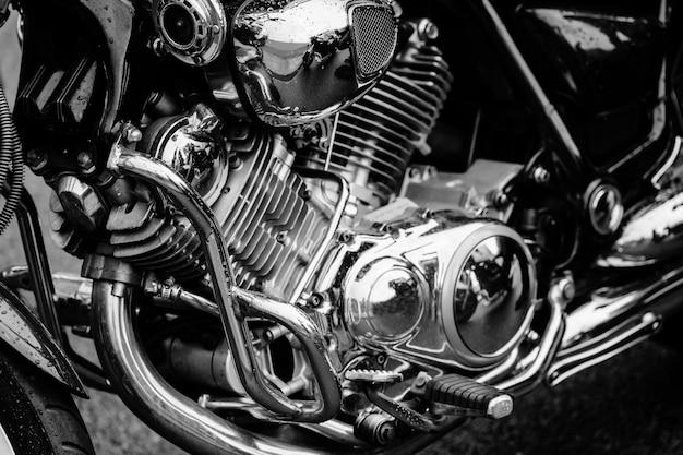 Foto preto e branco do close up do motor da motocicleta com muitos detalhes do cromo. motocicleta de estrada poderoso desempenho moderno com tubos de escape. Foto Premium