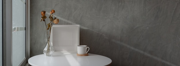 Foto recortada de design de interiores para casa loft com mesa de centro branca Foto Premium