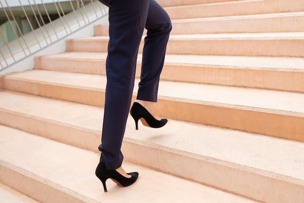 Foto recortada de empresária na escada Foto gratuita