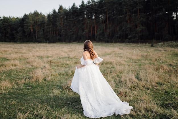 Foto romântica na floresta de fadas. mulher bonita Foto gratuita