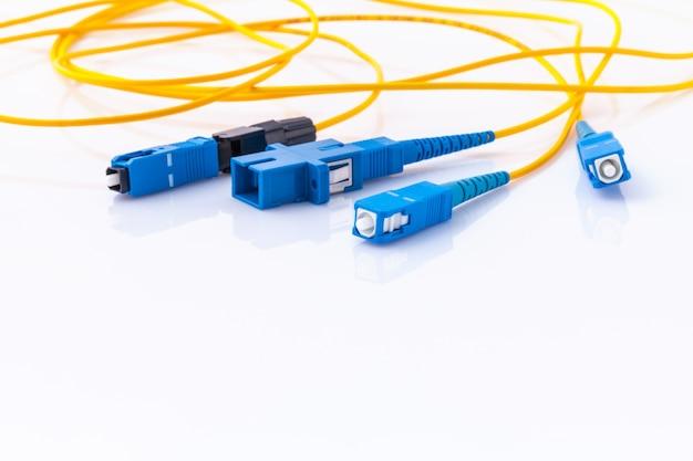 Foto simbólica dos conectores da fibra ótica para a conexão a internet rápida. Foto Premium
