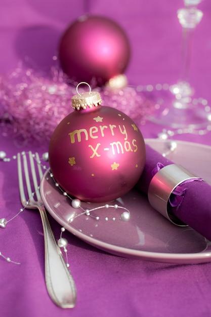 Foto vertical da decoração de natal em um prato sobre uma mesa festiva Foto gratuita